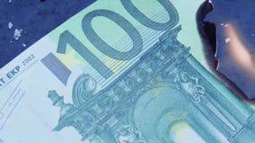 Eurorechnungsgeldbrennen Finanzkonzept mit goldenem Bitcoins-Ende von der 100-Euro-Banknote stock footage