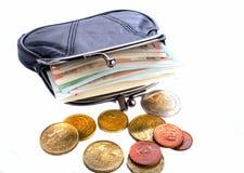 Euros dans la bourse noire et pièces de monnaie sur un fond blanc Images libres de droits