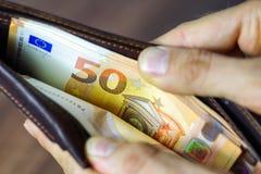 Euros dans le portefeuille Photos stock