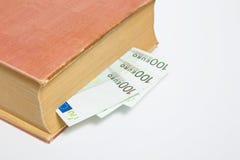 Euros des centaines OD dans un livre d'isolement Photographie stock libre de droits