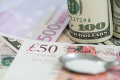 Euros, Dollar und Pfund und Drogen Stockfoto