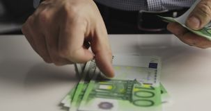 Euros eigenhändig zählen stock video
