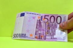 500 Euros in einer Hand Die Rechnung von 500 Euros aus Zirkulation heraus stockfotografie