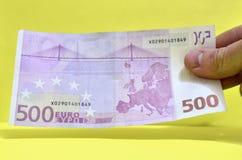 500 Euros in einer Hand Die Rechnung von 500 Euros aus Zirkulation heraus lizenzfreie stockbilder