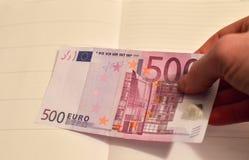 500 Euros in einer Hand Die Rechnung von 500 Euros aus Zirkulation heraus stockfoto