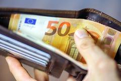 Euros en cartera foto de archivo