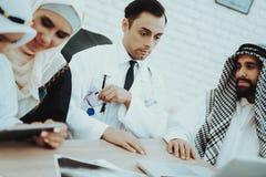 Euros Money donnant patient arabe à soigner images libres de droits