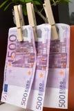 500 euros séchant dans la goupille à l'arbre Photo stock