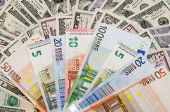 Euros sobre dólares Imagenes de archivo