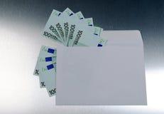 100 Euros vom Umschlag Stockfotos