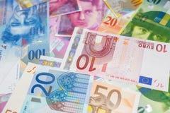 Euros y francos suizos Imagenes de archivo