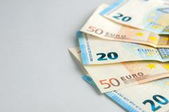 Eurosedelfan på grå bakgrund royaltyfri fotografi