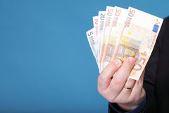 Eurosedlar i den manliga handen Royaltyfria Foton
