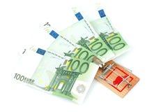 Eurosedlar i en mousetrap Arkivbilder