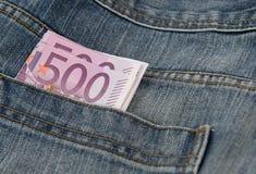 Eurosedlar i facket pf en jean Arkivfoton