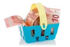 Eurosedlar i shoppingkorg Arkivbilder
