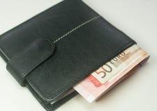Eurosedlar inom en svart plånbok Royaltyfri Bild
