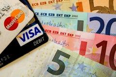 Eurosedlar med det mastercard och visumkortet Fotografering för Bildbyråer