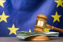 Eurosedlar med en trädomstolauktionsklubba mot europeisk union arkivfoton
