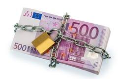Eurosedlar med kedjan och hänglåset Arkivfoto