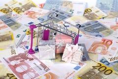 Eurosedlar med shoppingvagnen och gåvaaskar som konsumerar Conce Royaltyfri Foto
