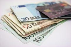Eurosedlar och kreditkort Fotografering för Bildbyråer