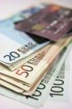 Eurosedlar och kreditkort royaltyfri foto