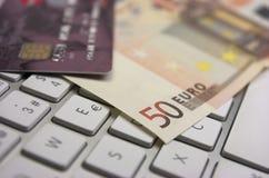 Eurosedlar och kreditkort royaltyfria foton