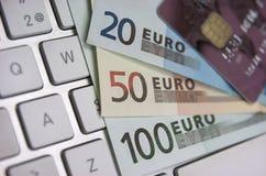 Eurosedlar och kreditkort arkivbild