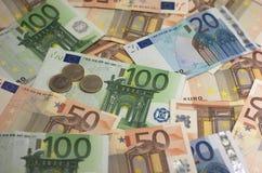 Eurosedlar och mynt arkivbild