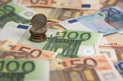Eurosedlar och mynt royaltyfri foto