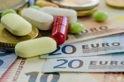 Eurosedlar och preventivpillerar arkivfoto