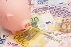Eurosedlar och spargris Arkivbilder
