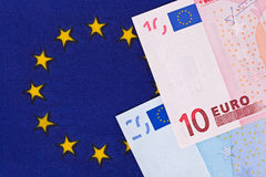 Eurosedlar på en europeisk facklig flagga Arkivfoton