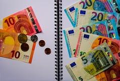 Eurosedlar på en vit notepad arkivfoto