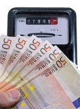 Eurosedlar som betalar elektricitetsräkningen och metern Royaltyfri Fotografi