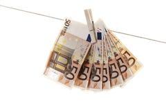 50 eurosedlar som hänger på klädstreck Arkivbild