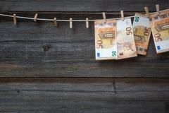 50 eurosedlar som hänger på klädstreck Royaltyfri Fotografi