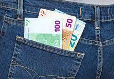 Eurosedlar som klibbar ut ur jeansfacket Royaltyfri Fotografi