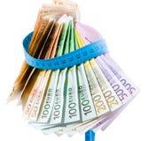 Eurosedlar som organiseras i en klaff arkivbild