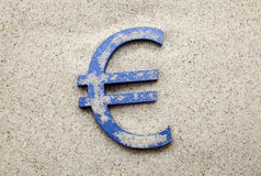 Eurosymbol i sanden Royaltyfri Foto