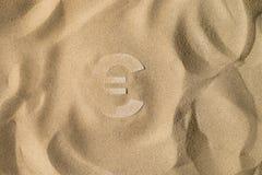 Eurosymbol under sanden arkivfoton