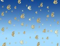 Eurosymbole, die vom Himmel fallen Lizenzfreie Stockfotografie