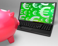 Eurosymboler på finanser för bärbar datorvisningeuropé Arkivbild