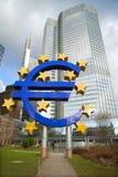 Eurotecken framme av byggnad av ECB Royaltyfria Bilder