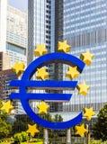 Eurotecken framme av ECB i Frankfurt - f.m. - strömförsörjning Arkivfoto
