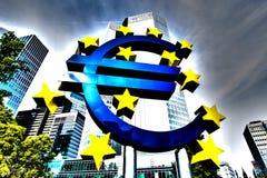 Eurotecken framme av ECB i Frankfurt, Tyskland Royaltyfri Fotografi