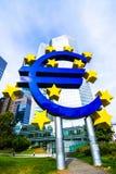 Eurotecken framme av ECB i Frankfurt, Tyskland Royaltyfria Bilder