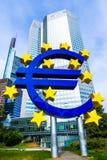 Eurotecken framme av ECB i Frankfurt, Tyskland Royaltyfri Foto