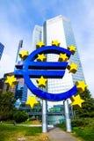 Eurotecken framme av ECB i Frankfurt, Tyskland Royaltyfri Bild